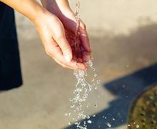 hand-water-hand-in-hand-female-163762.jp