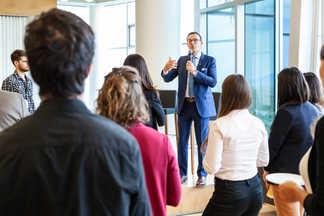 Le président de Desjardins, Guy Cormier, parlant aux auto-entrepreneurs - Siège Desjardins de Lévis - Pour Desjardins via La Commune Web