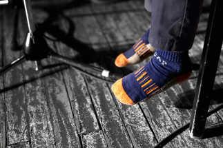 Élève en chaussette jouant sur scène - Jeunes Musiciens du Monde