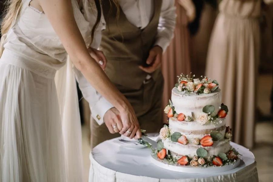Das Brautpaar hat die Hochzeitstorte angeschnitten