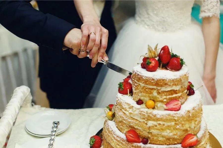 Wunderschöne leckere weiße Hochzeitstorte mit Erdbeeren