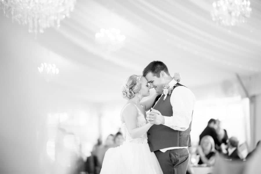 Verliebtes Paar tanzt das langsamen und romantischen Hochzeitstanz