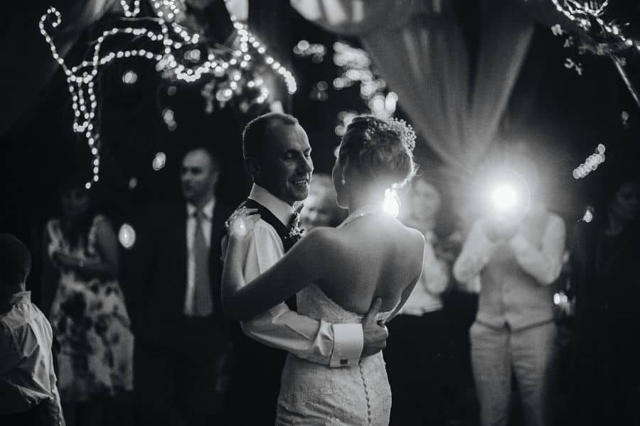 Schönes Brautpaar im Blitz der Kamera