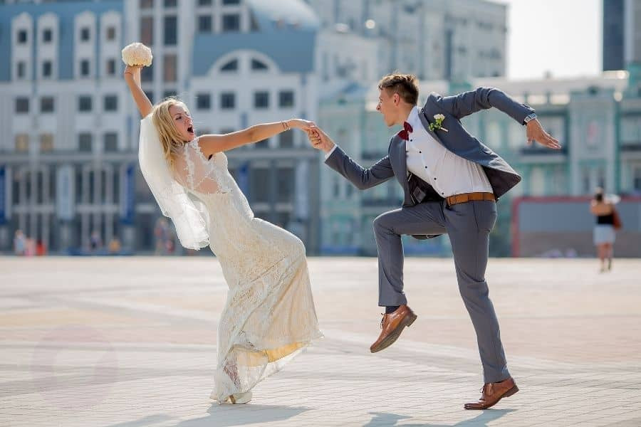 Braut und Bräutigam tanzen einen feurigen Tanz in der Innenstadt