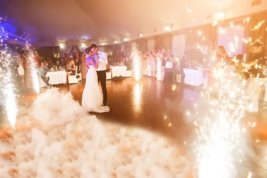 Hochzeitstanz auf den Wolken zusammen mit Feuerwerk schaffen eine großartige Gelegenheit für schöne Fotos