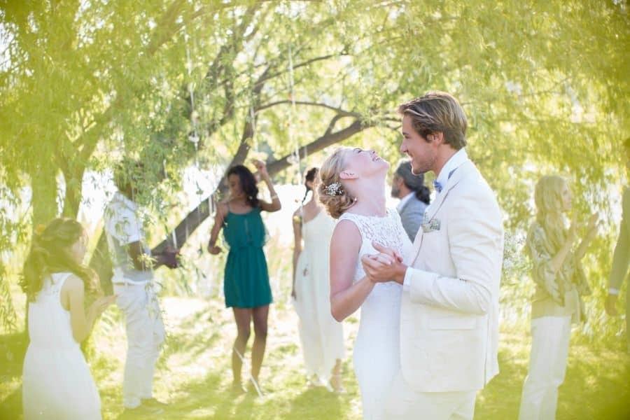Schönes Brautpaar tanzt ihren Hochzeitstanz im Garten