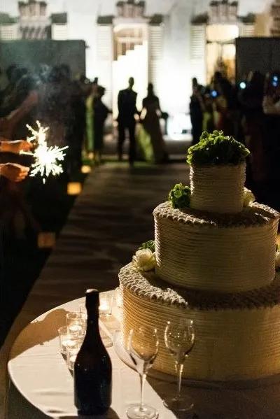 Anschneiden der Hochzeitstorte Spannung wird von dem DJ aufgebaut und die Gäste werden aufmerksam