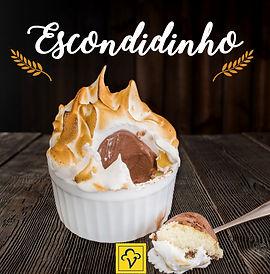 Uma bola de sorvete escondidinha no meio de um bolo quentinho com uma uma calda de chocolate meio amargo e coberto com delicioso marshmallow gratinado