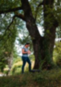 Martina Giachini a lavoro su una quercia