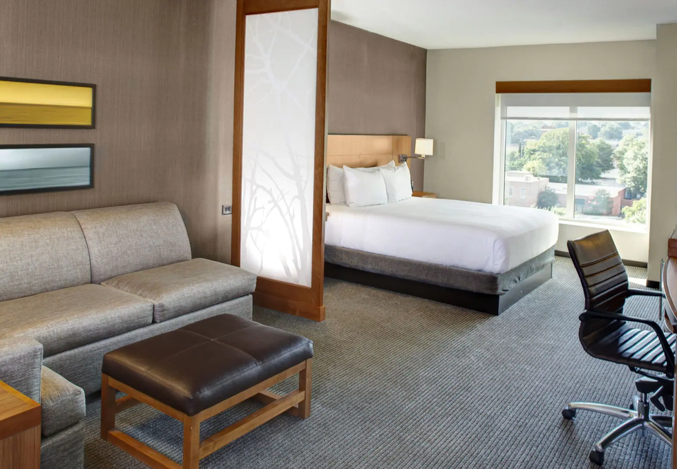 Hyatt-Place-Columbia-Downtown-the-Vista-P022-King-Room-Bed.16x9.webp