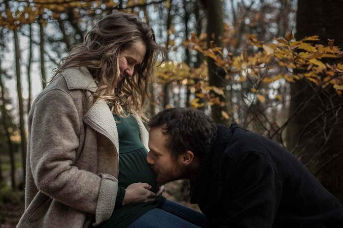 Séance grossesse D&D bisou d'un papa aimant