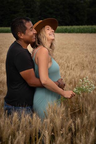 Séance grossesse S&G dans un champ de blé