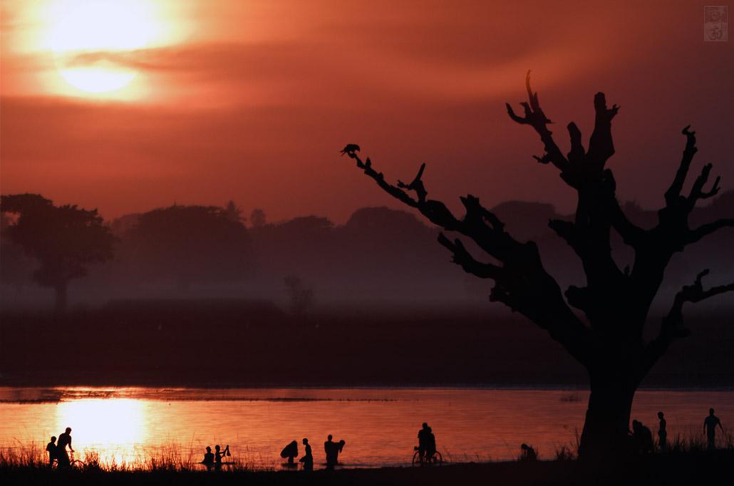 Burmese Red ~ Menschen Am Fluss.jpg