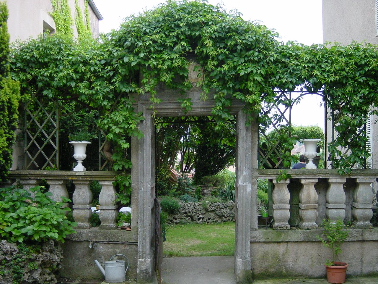 Porche entre cour et jardin