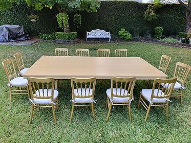 Renta mesa rectangular de madera miel con silla peineta dorada