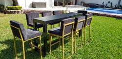 Mesa alta bar de madera negra con bancos dorados