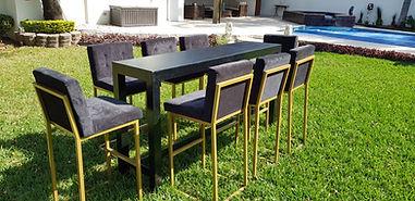 Renta mesa bar de madera con bancos