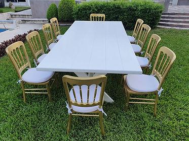 Renta mesa rectangular de madera blanca con silla peineta dorada