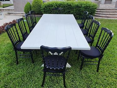 Renta mesa rectangular de madera con silla napoleon negra