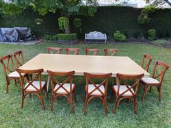 Mesa rectangular de madera miel con silla crossback nogal