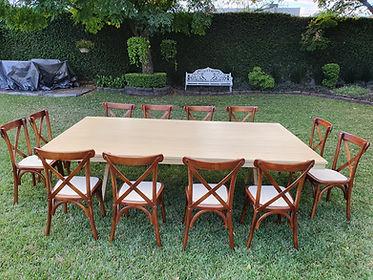 Renta mesa rectangular de madera miel con silla crossback nogal