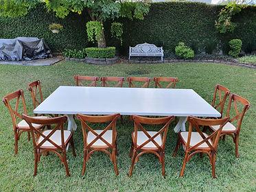 Renta mesa rectangular de madera blanca con silla crossback nogal