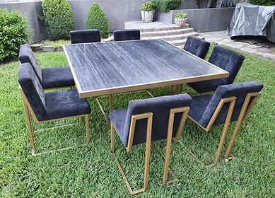 Mesa cuadrada de marmol negro con sillas