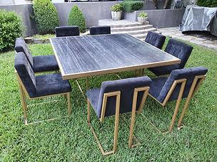 Mesa cuadrada de marmol negro con sillas griegas