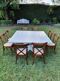 Renta mesa cuadrada de madera con silla crossback