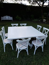 Renta mesa cuadrada de madera con silla crossback blanca