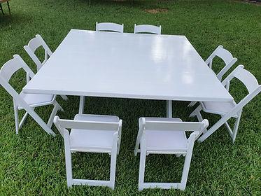 Mesa cuadrada de madera blanca con silla avant