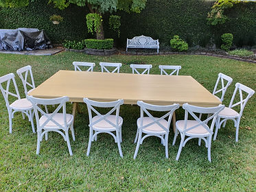 Renta mesa rectangular de madera miel con silla crossback blanca