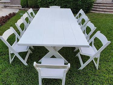Mesa rectangular de madera blanco con silla avant
