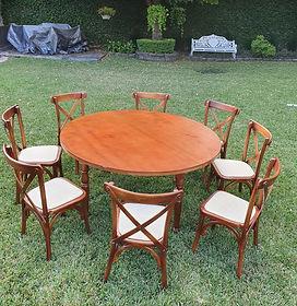 Renta mesa redonda de madera nogal con silla crossback nogal
