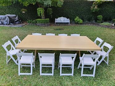 Renta mesa rectangular de madera miel con silla avant