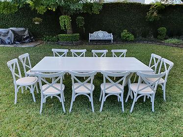 Renta mesa rectangular de madera blanca con silla crossback blanca
