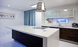 식탁의 위치에 따라 앞뒤로 이동 가능한 조명등을 설치해 편리성을 높였습니다.