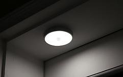 별도의 조명을 켜지 않아도  풋라이팅 센서등과 센서미등이 설치되어 있어 편리함은 물론 에너지 절약에도 도움이 됩니다.