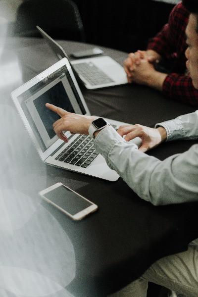 Online Marketing mit Mobile Phone und Laptop | CMdesign
