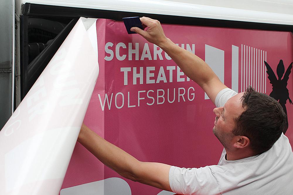 Werbetechniker von der Werbetechnikfirma und Werbeagentur CMdesign montiert Folie.