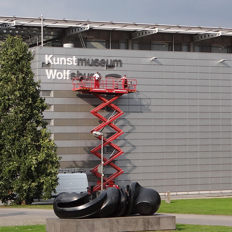 CMdesign Werbeagentur aus Wolfsburg montiert 3D-Buchstaben für das Kunstmuseum Wolfsburg.