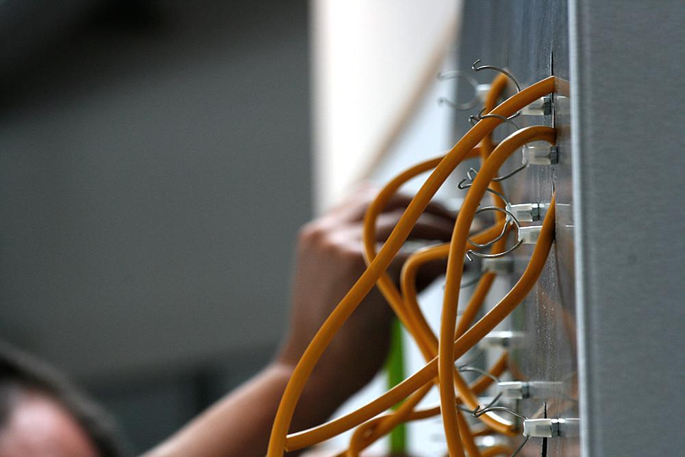 Werbetechniker von CMdesign installiert Leuchtstoffröhre
