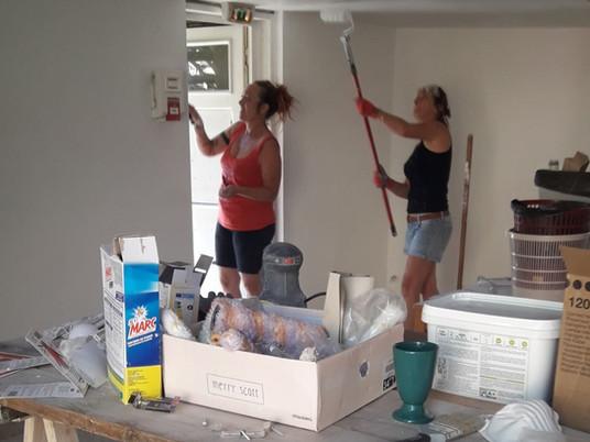 Réfection de la salle du bas à Beauchastel, l'équipe est au travail !