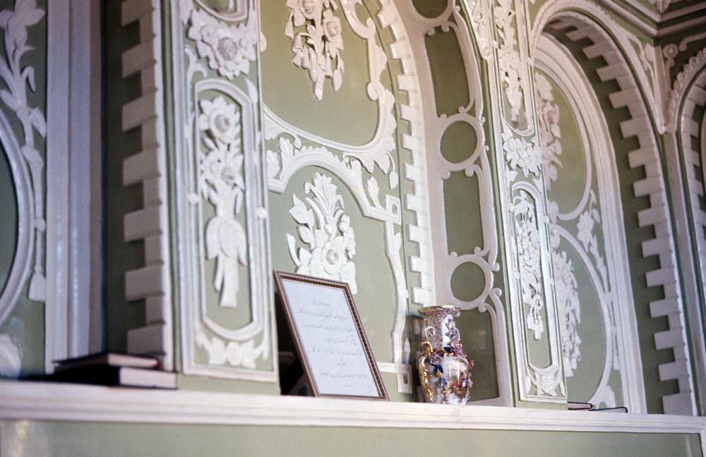 Detalhes do quarto onde o Báb declarou a Sua Missão. Copyright © Bahá'í International Community