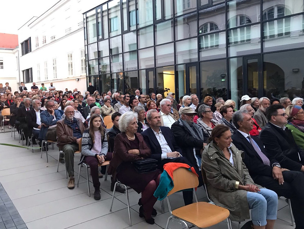Mais de 200 pessoas juntaram-se para a celebração.