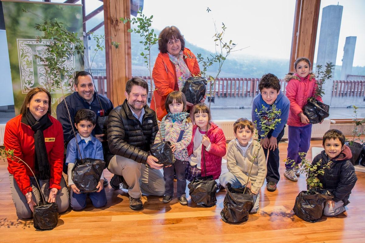 Sr. Orrego com algumas das crianças da comunidade bahá'í