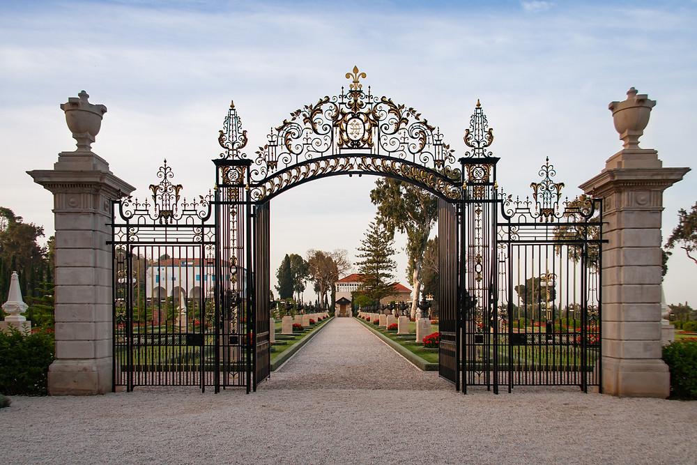 Entrada para os jardins que rodeiam o Santuário de Bahá'u'lláh