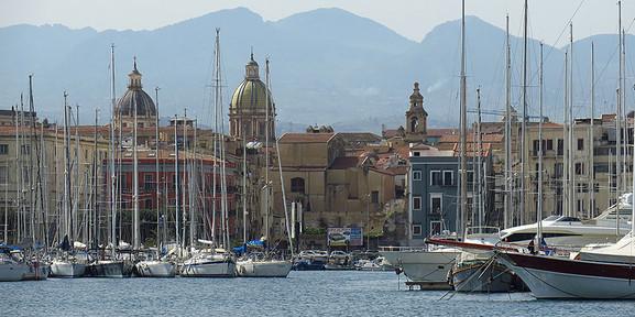 Palermos Yachthafen mit Blick auf die Stadt