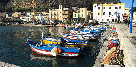Bunte Schifferboote im Hafen von Mondello