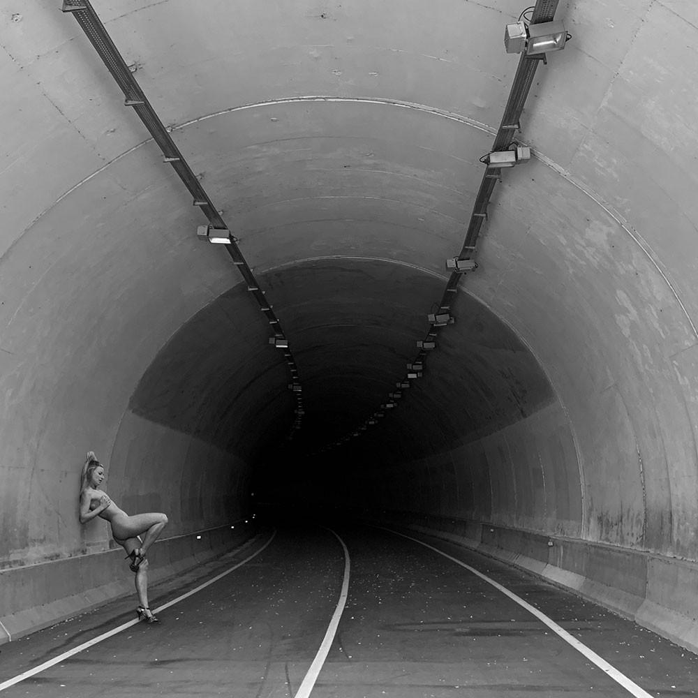 Akt im Straßentunnel
